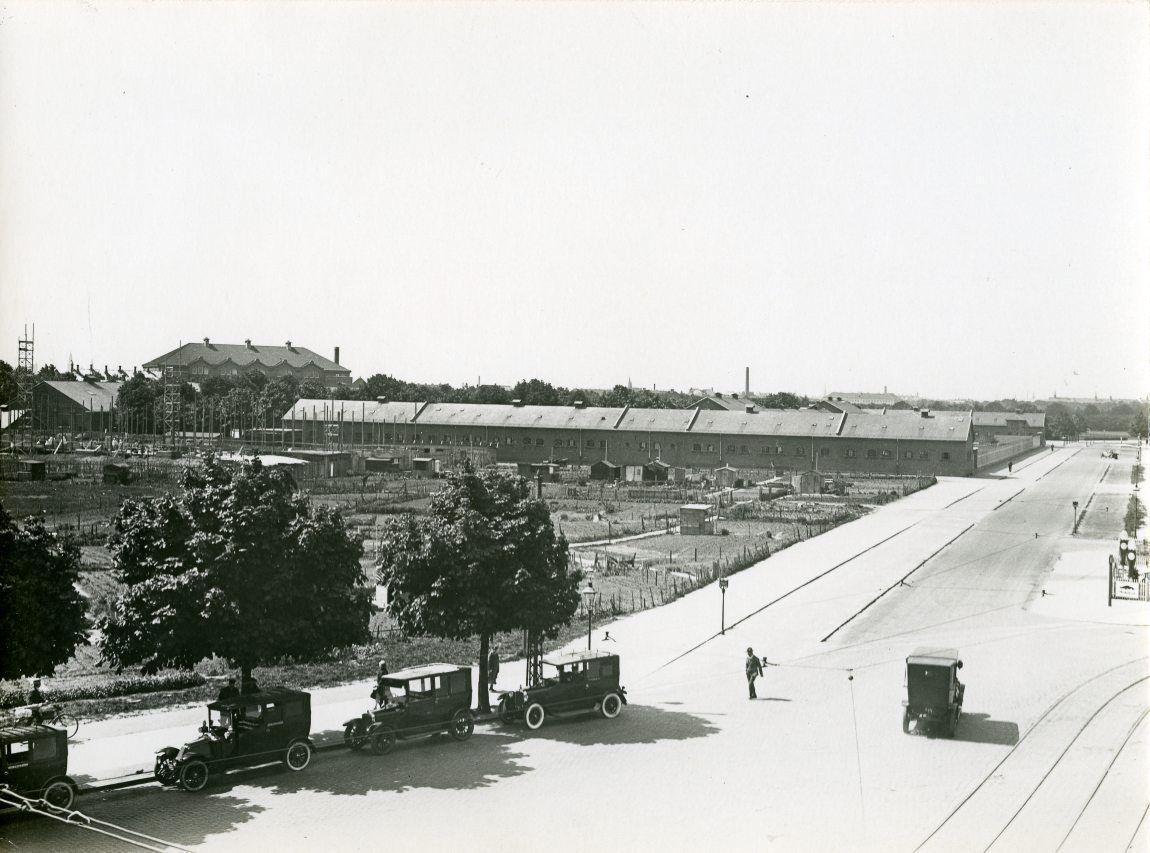 Borgmester Jensens Alle set fra Jagtvej - 7 juni 1928 - I baggrunden ses Garderhusarkasernen - bag den mod venstre Idrætshuset og stadion