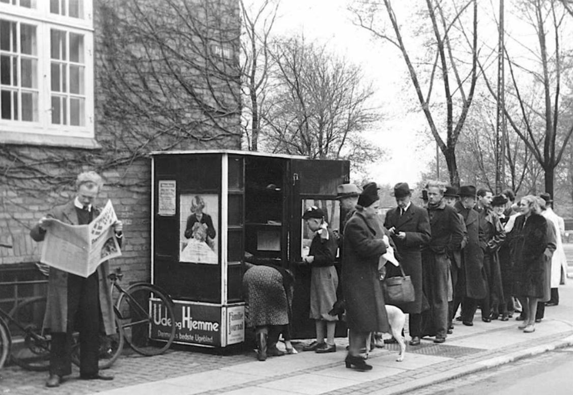 Kø ved aviskiosk på hjørnet af Serridslevvej og Jagtvej 5 maj 1945 - Foto Otto Hansen - Nationalmuseet - NY